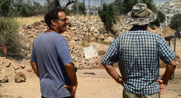 Emmanuel Eisenberg and David Ben Shlomo look at the destroyed wall. Photo EAPPI/W. Bischler.