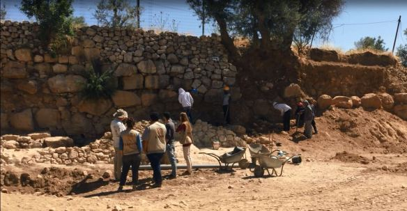 EAs investigate the archaeological excavation at Tel Rumeida. Photo EAPPI/C. Bödker Pederson.