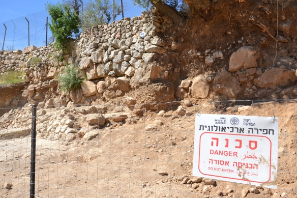 The excavation site is blocked of by fences and danger signs. Photo EAPPI/C. Bödker Pedersen.