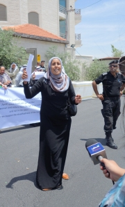Fadia demonstrating outside of the UNOCHA building in Ramallah. Photo EAPPI/S. Spiller.
