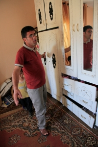 Mustafa Allan shows the results of the raids in his house. Photo EAPPI/T. Fjeldmann.