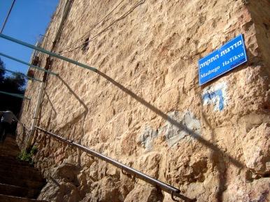 Helpp Pleaseee!!! Israel Essay?