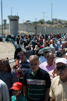 17-06-20-qalandiya-cp-crowds-at-qalandiya-cp-during-the-second-friday-of-ramadan-photo-eappi-m-torres-5