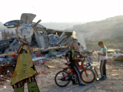 25.10.16, Beit Hanina, doll in front of demolished house and kids, Photo EAPPI, Agustina G.