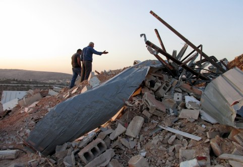 25.10.16, Beit Hanina, owner showing demolition of his house, Photo EAPPI, Agustina G.